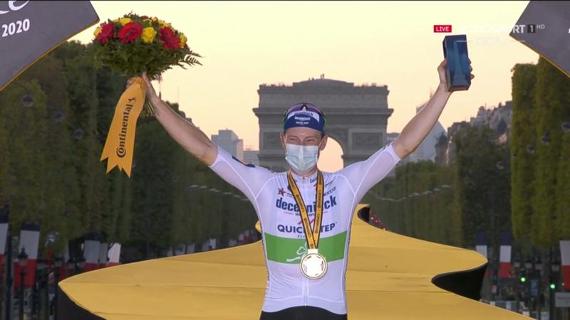 SAM BENNETT, ganador de la última etapa del Tou, ya en el podio.