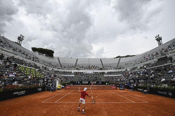 Llueve en Roma por momentos. Hay público en el Foro Itálico. El máximo sanitario, 1.000 FOTO: EFE