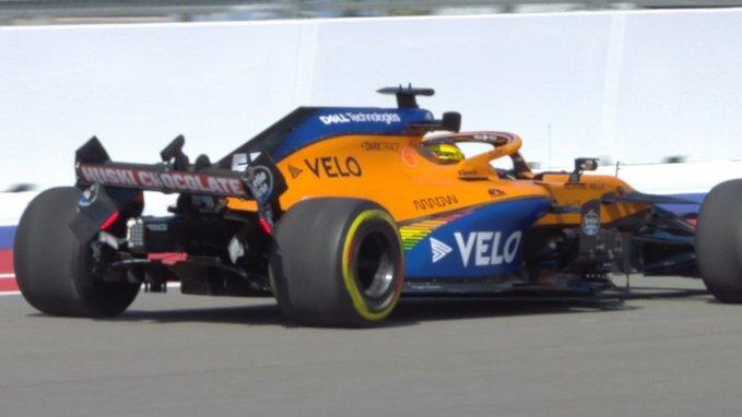 La parte trasera del coche de Sainz, dañada tras su toque contra el muro