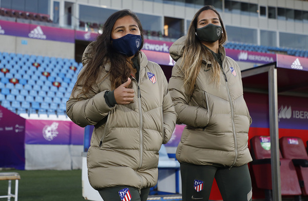 Leicy Santos y Deyna Castellanos, poca antes del calentamiento del Atlético