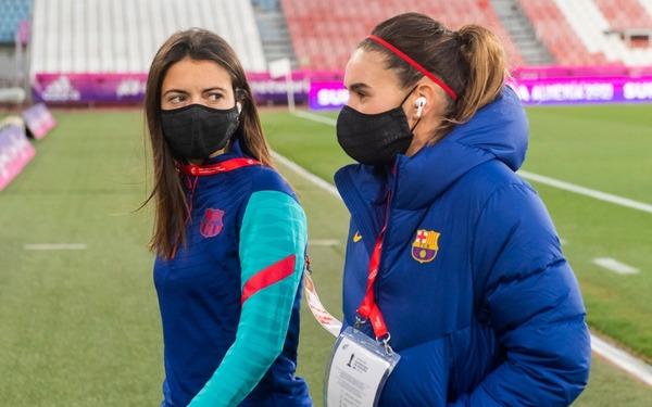 Aitana Bonmatí y Mariona Caldentey, antes del calentamiento del Barça
