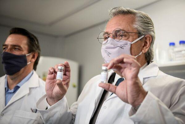 El presidente argentino, Alberto Fernández, muestra el suero hiperinmune de origen equino producido en Argentina que 'demostró eficacia y seguridad' en casos graves de Covid-19.