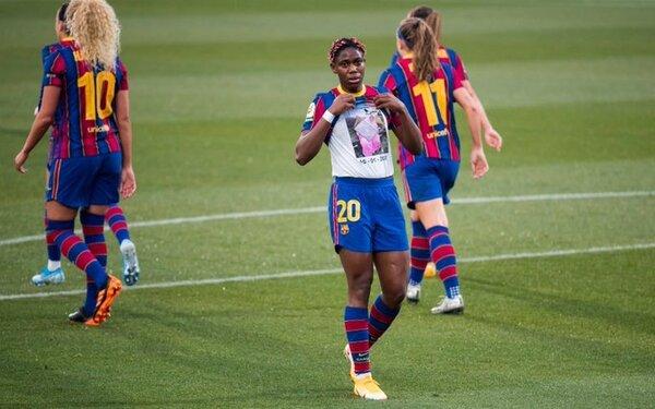 Momento en que Oshoala dedica su primer gol a su madre. (Foto: FCB)
