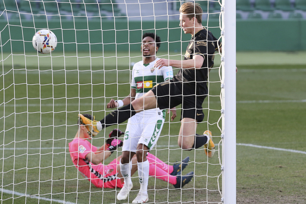 De Jong, en el momento de marcar el gol para el Barça FOTO: AP