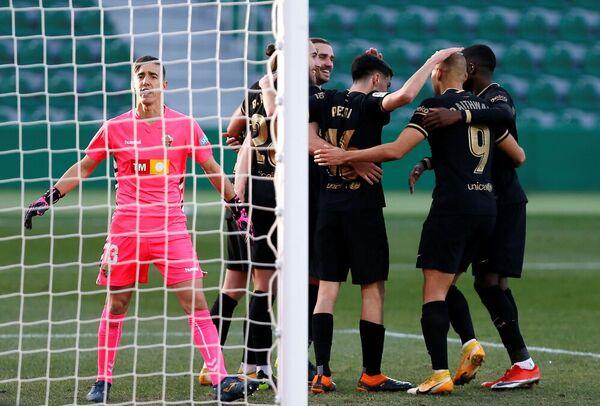 De Jong recibe las felicitaciones de sus compañeros tras el gol FOTO: EFE