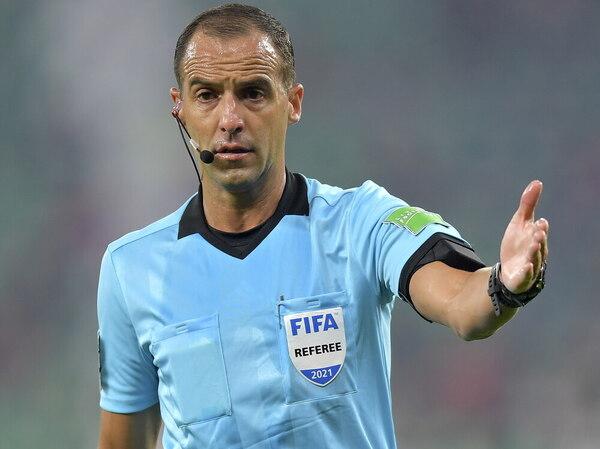 El uruguayo Ricardo Ferretti, protagonista al anular, tras intervención del VAR, un gol a Kimmich EFE