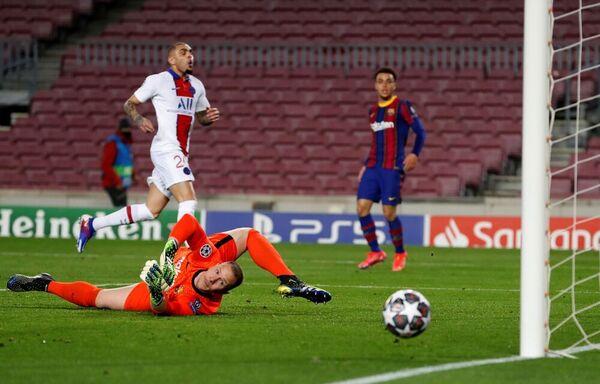 Ter Stegen salva el gol de Kurzawa en una acción clara del PSG FOTO: EFE