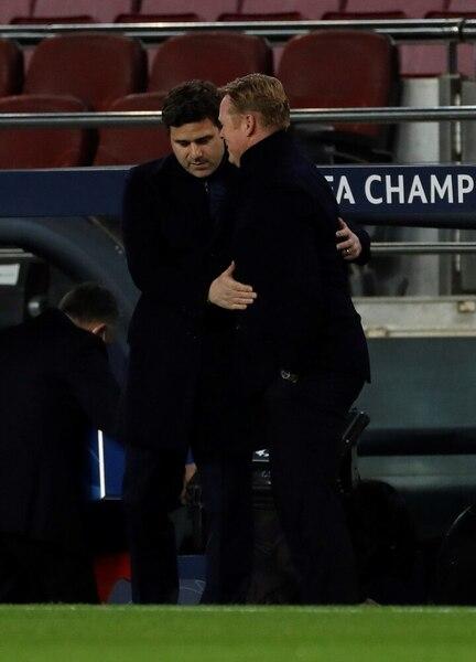 Koeman y Pochettino, se saludan antes de que diera inicio el Barça-PSG FOTO: EFE
