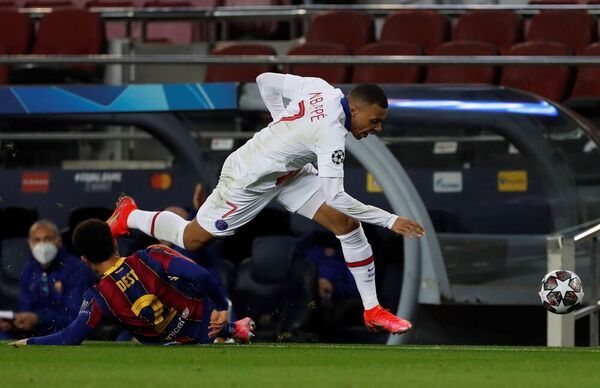Mbappé se va de Dest en una acción del Barça-PSG FOTO: EFE