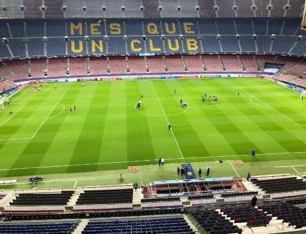 Los jugadores del Barça también calientan sobre el césped del Camp Nou FOTO: SERGI SOLÉ