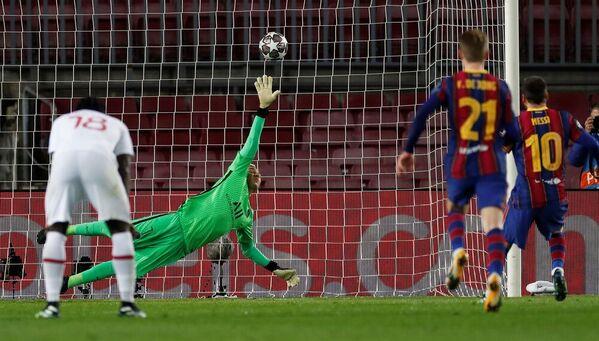 Messi, en el momento de adelantar al Barça ante el PSG con su gol de penalti FOTO: EFE