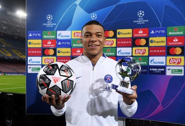 Mbappé recibió el balón del 'hat-trick' y el trofeo del mejor jugador del partido UEFA