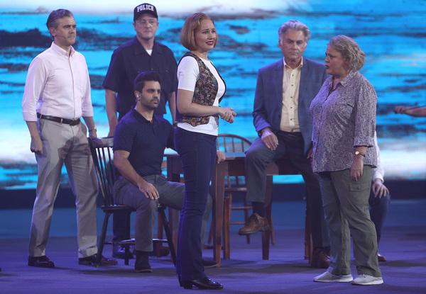 El musical llevado al Rod Laver Arena. Los protagonistas del musical Come From Away amenizando la espera de la final FOTO: GETTY