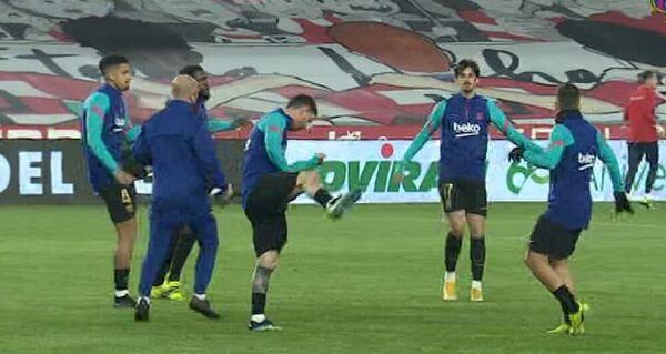 Los jugadores del Barça, calientan antes de medirse al Granada FOTO: CAPTURA BARÇA TV