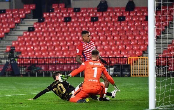 Kenedy, en el momento de marcar el gol que adelantaba al Granada FOTO: EFE