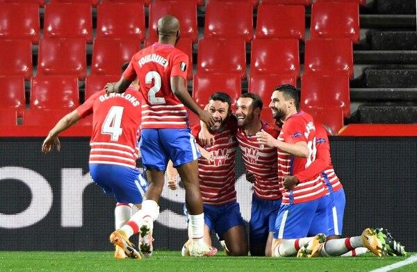 Los jugadores del Granada celebran el segundo gol, de Soldado Foto: EFE