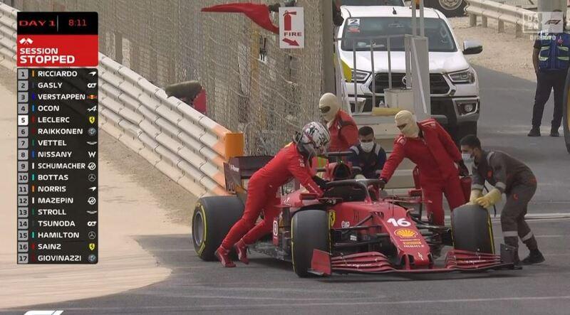 Leclerc, empujando el coche junto a los comisarios