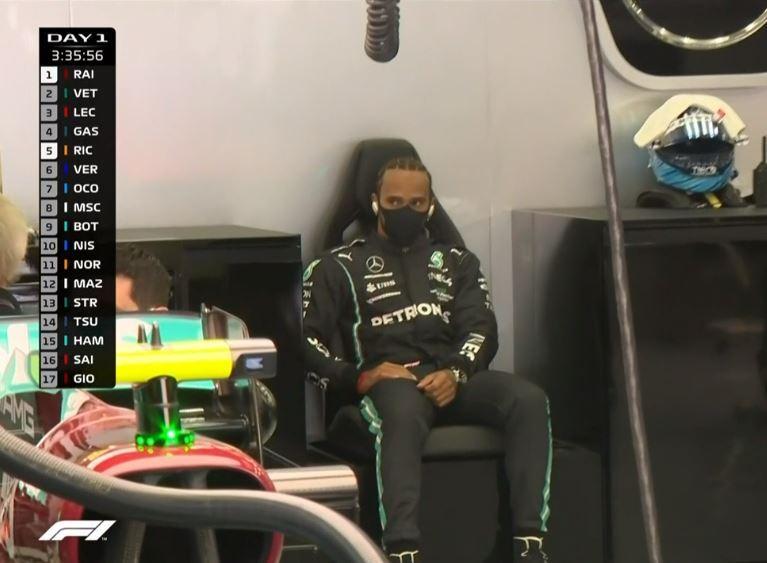 Hamilton, a la espera de su turno, siguiendo los test de Bottas