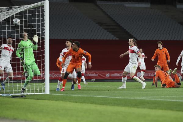 Este es el gol que reclamó De Ligt. El balón lo acabó sacando Okay en la misma línea.