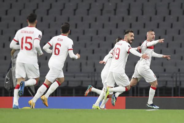 Yilmaz celebrando el gol que de momento le da la ventaja a Turquía.