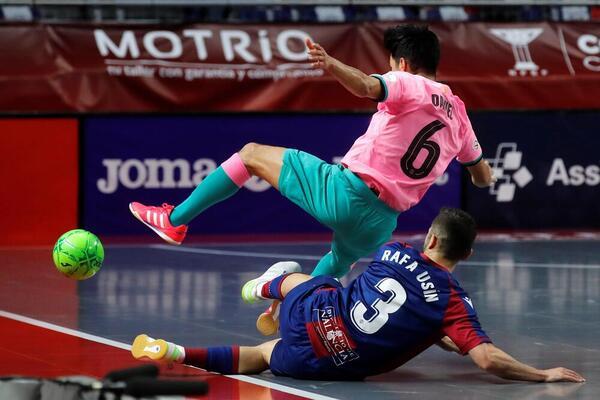 La jugada de Rafa Usín con Daniel en la que se ha hecho daño en el hombro FOTO: EFE