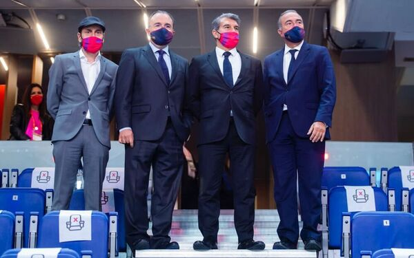 El presidente JoanLaporta, en el palco con los directivos Rafael Yuste, Aureli Mas, Xavier Barbany y Miquel Camps.