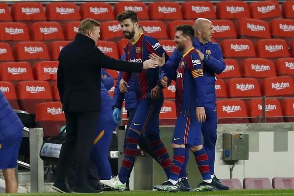 Koeman, con Messi al acabar el partido Foto: AP