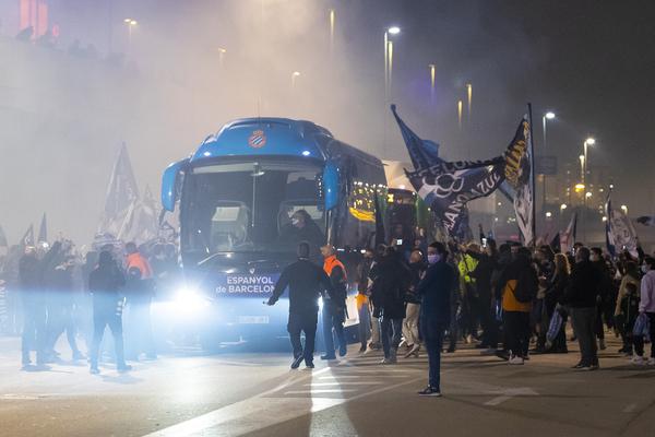 Más imágenes del recibimiento de la afición del Espanyol a su equipo en el exterior del RCDE Stadium Foto: Getty