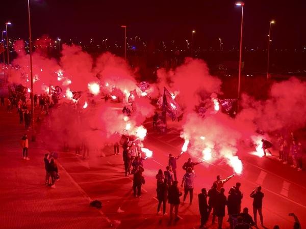Así ha recibido la afición periquita a su equipo en el exterior del RCDE Stadium FOTO: RCD Espanyol