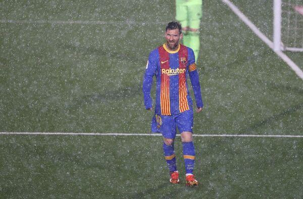 Leo Messi, ante la espectacular tromba de agua FOTO: EFE