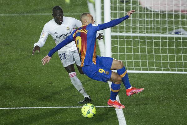 La acción en la que el Barça reclamó el penalti de Mendy sobre Braithwaite FOTO: AP