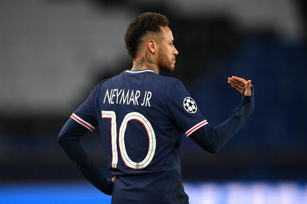 Neymar está dando un clínic en el Parque de los Príncipes