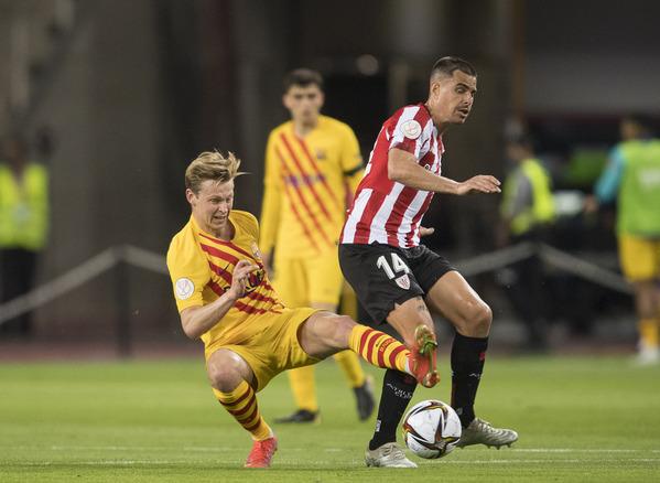 De Jong, en una acción con Dani García. El centrocampista del Barça remató un balón al palo FOTO: PERE PUNTÍ
