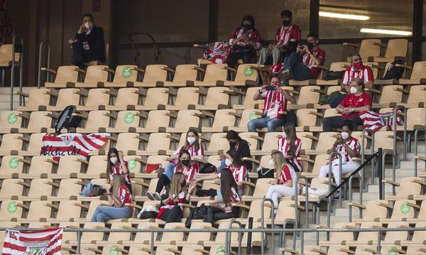 Algunas de las mujeres de los jugadores del Athletic, en la grada de La Cartuja FOTO: PERE PUNTÍ