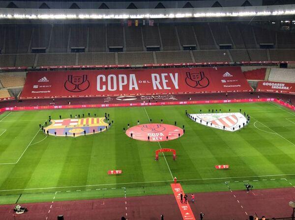 Los escudos del Athletic y el Barça, sobre el césped del estadio de La Cartuja FOTO: SERGI SOLÉ