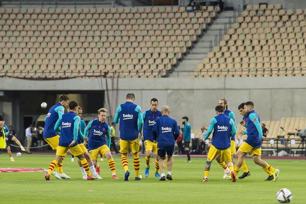 Los jugadores del Barça, durante el calentamiento antes de la final FOTO: PERE PUNTÍ