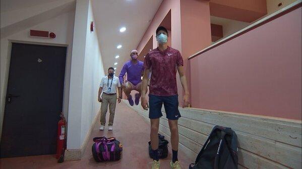 Rafa Nadal y Jannik Sinner, en el pasillo camino de una pista central en la que ya están calentando PARTIDAZO. FOTO: TWITTER
