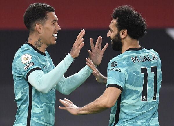 El bigoleador Firmino celebra uno de sus tantos con Salah