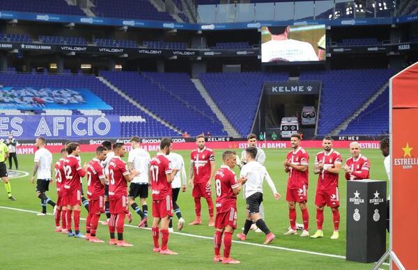 Los jugadores del Cartagena han hecho el pasillo al Espanyol por su acenso a Primera Foto: RCDEspanyol