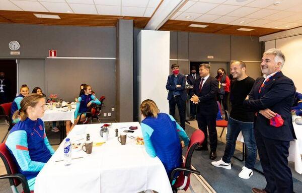 Joan Laporta, presidente del Barça, animando a las jugadoras antes de la final ante el Chelsea FOTO: FCB