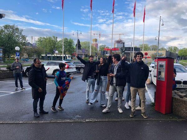 Aficionados del Barça, en el hotel de concentración del equipo azulgrana en Göteborg, esperan la salida de las jugadoras FOTO: FERRAN MARTÍNEZ