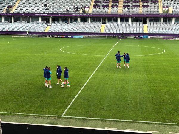 Las jugadoras del Barça ya están sobre el césped del Gamla Ullevi FOTO: FERRAN MARTÍNEZ