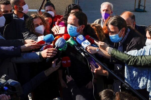 Pablo Iglesias atendiendo a los medios de comunicación a su salida del colegio electoral. (Foto: EFE)
