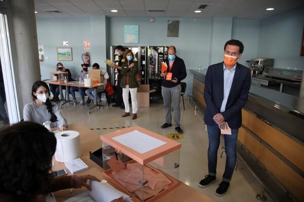 Edmundo Bal ejerciendo su derecho a voto. (Foto: EFE)