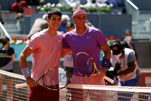 Carlos Alcaraz y Rafa Nadal. Con el tiempo será seguramente una imagen histórica FOTO: EFE