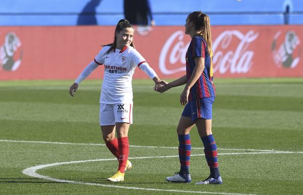 Claudia Pina y Patri Guijarro. Amigas y hoy rivales, con gol ya para la primera FOTO: FCB