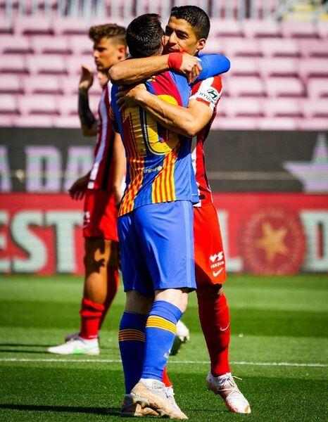 Messi y Suárez se funden en un abrazo antes del Barça-Atlético FOTO: FCB
