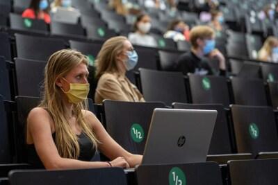 Met of zonder mondmasker in de aula? De ene student moet het wel (nog even) aan, de andere niet