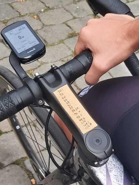Het spiekbriefje op het stuur van de fiets van Lotte Kopecky