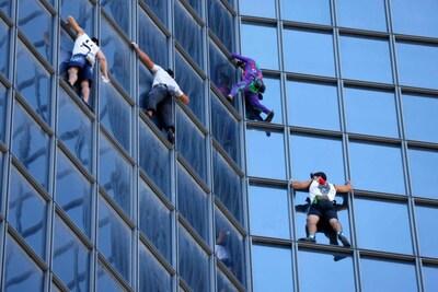 Franse Spiderman klimt op toren uit protest tegen gezondheidspas